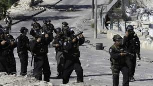 الشرطة الاسرائيلية تضرب الغاز المسيل للدموع باتجاه متظاهرين في القدس الشرقية  24 اكتوبر 2014  (سليمان خضر/ فلاش 90)