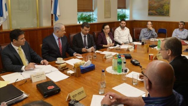 رئيس الوزراء خلال الاجتماع الطارئ حول ازمة الايبولا  12 اوكتوبر 2014   GPO/Amos Ben Gershom