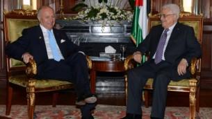 رئيس السلطة الفلسطينية محمود عباس في لقاء مع وزير الخارجية الفرنسي فابيوس خلال مؤتمر المانحين لغزة في القاهرة. اوكتوبر 2014   AFP/PPO / THAER GHANEM