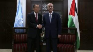 رئيس الوزراء الفلسطيني رامي حمد الله  يصافح الأمين العام للأمم المتحدة بان كي مون بعد وصول الأخيرمدينة رام الله بالضفة الغربية يوم 13 أكتوبر، 2014   AFP Photo/Ammar Awad