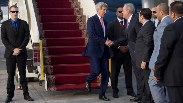 جون كيري عند وصوله إلى مطار القاهرة الدولي في العاصمة المصرية  12 أكتوبر 2014، لحضور مؤتمر المانحين غزة  AFP/Carolyn Kaster/Pool