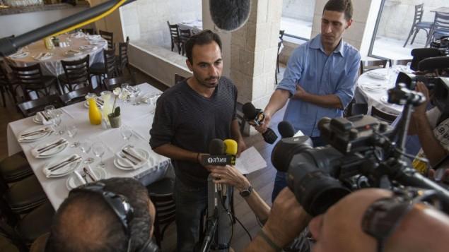 صاحب مطعم Terasa، في مركز مناحيم بيغن في القدس، يتحدث إلى الصحافة 30 أكتوبر عام 2014، بعد يوم من محاولة اغتيال زعيم حركة جبل الهيكل، يهودا غليك Noam Revkin Fenton/Flash90