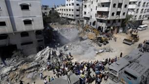 20 أغسطس عام 2014، منزل دمر في الليلة السابقة في غارة جوية إسرائيلية على حي الشيخ رضوان في مدينة غزة، والتي قتلت زوجة وطفلي القائد العسكري في حركة  حماس محمد ضيف  AFP/Mohammed Abed