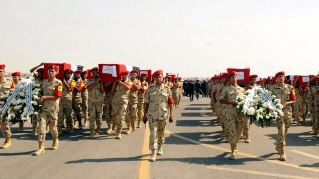 25 أكتوبر 2014 ، جنازة 30 جندي قتلوا في اليوم السابق في سيناء، في القاعدة الجوية العسكرية ألماظة في القاهرة  AFP PHOTO/ HO/ EGYPTIAN PRESIDENCY