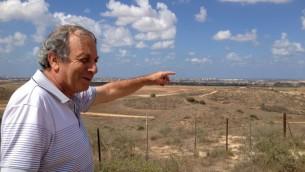 رجل اسرائيلي, ميخائيل بن هيلل, يؤشر باتجاه غزة من كيبوتس نير عام (بعدسة الحانان ميلر)