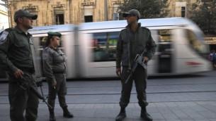 افراد من شرطة الحدود عند محطة القطار الخفيف في شارع يافا في القدس  23 اوكتوبر (ناتي شوحاط/ فلاش 90)