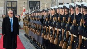 الرئيس رؤوفين ريفلين امام حرس الشرف في القصر الرئاسي في وارسو، بولندا  28 أكتوبر 2014، خلال حفل الترحيب (Mark Neyman/GPO)
