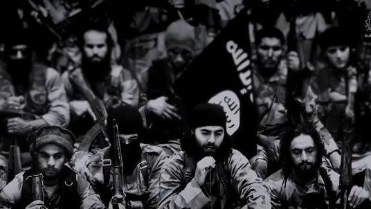 """صورة من الفيديو """"نيران الحرب""""، الذي اصدرته ، بحسب التقارير، الدولة الاسلامية يوم الجمعة سبتمبر 19، 2014  (يوتيوب)"""