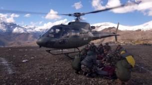 الجيش النيبالي اصدر هذه الصورة  في 15 أكتوبر عام 2014، طائرة مروحية الجيش النيبالي تنقذ الناجين من عاصفة ثلجية في منطقة مانانج، على طول مسار  أنابورنا  AFP PHOTO/NEPAL ARMY