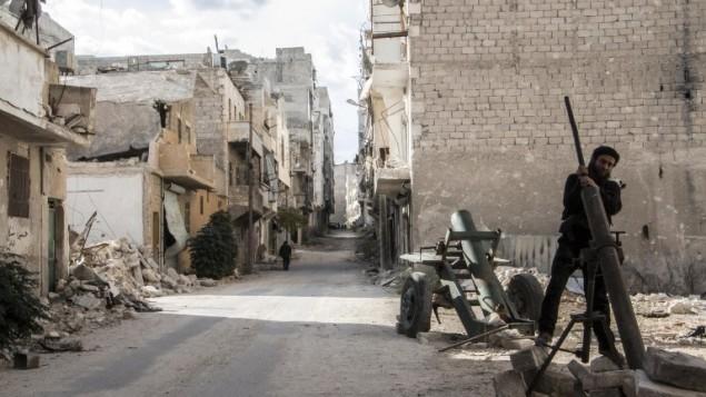 متمرد سوري يقوم بتحضير قذيفة هاون خلال اشتباكات مع قوات النظام في مدينة حلب السورية الشمالية 31 أكتوبر، 2014 AFP PHOTO/KARAM AL-MASRI