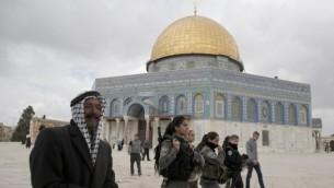 قوات حرس الحدود الاسرائيلية داخل داخل الحرم القدسي، امام قبة الصخرة في باحة الاقصى 5 نوفمبر 2014  AFP/Ahmad Gharabli