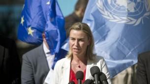 وزيرة خارجية الاتحاد الاوروبي فردريكا موغيريني في مدرسة للامم المتحدة في غزة  8 نوفمبر 2014 AFP/MAHMUD HAMS