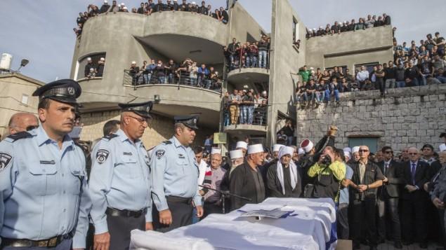 نعش ضابط الشرطة الاسرائيلية  زيدان سيف (30 عاما) ، خلال جنازته في بلدة  يانوح-جث، في 19 تشرين الثاني، 2014. قتل سيف خلال هجوم ارهابي على  كنيس هار نوف في القدس في اليوم السابق AFP/JACK GUEZ