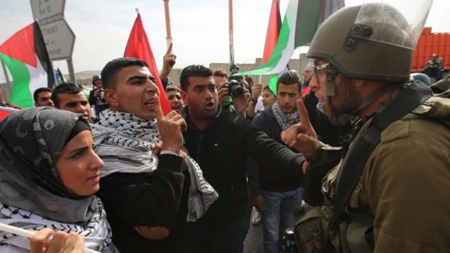 مواجهة بين متظاهرين فلسطينيين وجنود الإسرائيليين في قرية حزمة بالضفة الغربية  , شمال شرق القدس 14 نوفمبر  2014، في أعقاب دخول مستوطنين الى المسجد الأقصى AFP PHOTO / ABBAS MOMANI