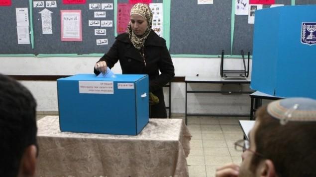 مواطنة عربية تدلي بصوتها في ابو غوش 2009 (فلاش 90)