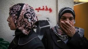 أفراد عائلة حجازي يحتمون من الغاز المسيل للدموع في القدس الشرقية  حي أبو طور بعد محاولة اغتيال يهودا غليك، 30 أكتوبر 2014 Hadas Parush/ Flash90