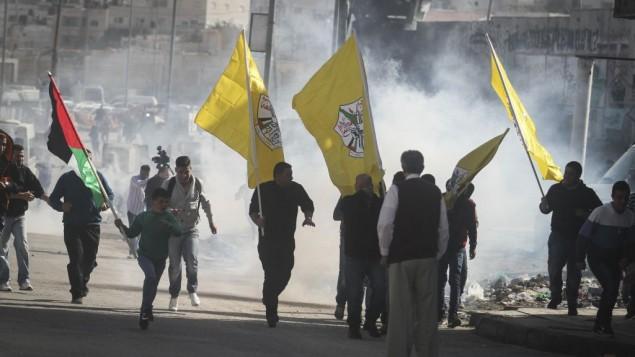 متظاهرون يحملون اعلام فتح خلال اشتباكات عند حاجز قلندية   2 نوفمبر 2014  Issam Rimawi/Flash90