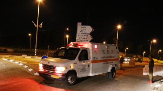 جندي اسرائيلي يقف بالقرب من سيارة إسعاف في ساحة هجوم إرهابي مشتبه  في الضفة الغربية Gershon Elinson/Flash90