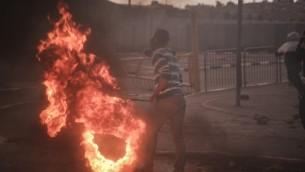 شبان فلسطينيون ملثمون يشتبكون مع قوات الأمن الإسرائيلية في مخيم شعفاط للاجئين الفلسطينيين في القدس الشرقية،  6 نوفمبر 2014 Hadas Parush/FLASH90