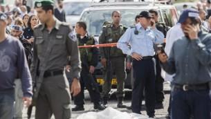 الشرطة الاسرائيلية في موقع الهجوم،  رجل عربي من حي شعفاط بالقدس الشرقية قاد سيارته باتجاه حشد من الناس ينتظرون عند محطة القطار الخفيف في القدس، 05 نوفمبر 2014 Yonatan Sindel/FLASH90