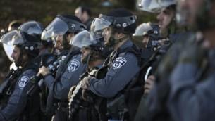 الشرطة الإسرائيلية تنتظر الأوامر للتقدم نحو مثيري الشغب  أثناء اشتباكات عند مدخل القرية العربية كفر كنا، في شمال إسرائيل،  8 تشرين الثاني، 2014  Hadas Parush/Flash90