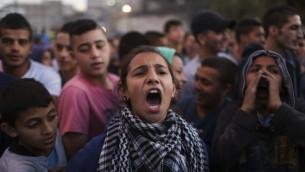 طفلة مقدسية تتظاهر في العيساوية ضد حواجز الاسمنت التي وضعها الجيش في مداخل الحي ليغلقها 12 نوفمبر 2014   (هاداس باروش/ فلاش 90)