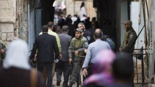 الشرطة الاسرائيلبة تحرس احد مداخل الاقصى بينما يتحه المصلون الى الداخل 14 نوفمبر 2014 Yonatan Sindel/Flash90