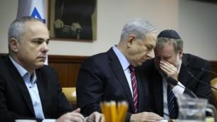 رئيس الوزراء بنيامين نتنياهو، ووزير المخابرات، يوفال شتاينتز، خلال الاجتماع الاسبوعي لمجلس الوزراء يوم الأحد 16 نوفمبر 2014 Amit Shabi/Flash90/POOL