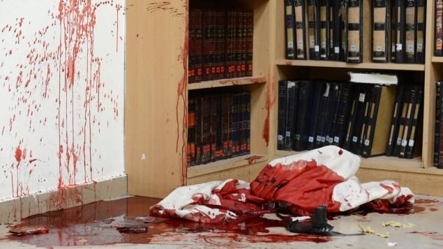 دماء على شالات الصلاة وكتب الصلوات داخل الكنيس حيث قتل أربعة أشخاص في هار نوف  في القدس  18 نوفمبر، 2014 Kobi Gideon/GPO/FLASH90