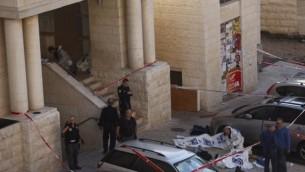 الشرطة الاسرائيلية خارج الكنيس في هار نوف، القدس بعد الهجوم الارهابي هناك 18 نوفمبر 2014  Yonatan Sindler/FLASH90