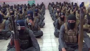 صورة شاشة من فيديو صدر في 11 اكتوبر 2014، لمقاتلي الدولة الاسلامية في معسكر تدريب بالعراق  (يوتوب)