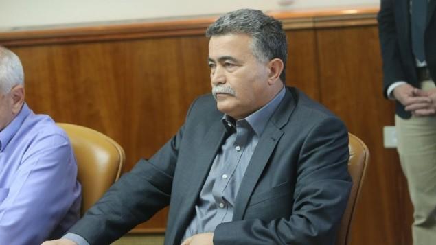 الوزير لشؤون الحفاظ على البيئة عمير بيريتس خلال الجتماع الاسبوعي يوم الاحد 9 نوفمبر 2014 , حيث اعلن استقالته بعد انتهاء الجلسة Alex Kolomoisky/POOL