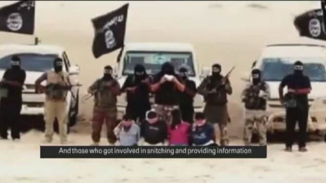مجموعة من انصار بيت المقدس تقرأ الحكم قبل قطع رؤوس الاسرى في سيناء، اغسطس 2014  (من شاشة اليوتوب)