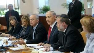 رئيس الوزراء بنيامين نتنياهو خلال اجتماع الكابينت الاسبوعي 9 نوفمبر 2014  Alex Kolomoisky/POOL/Flash90