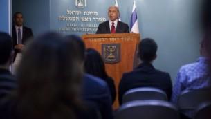 رئيس الوزراء بنيامين نتنياهو خلال مؤتمر صحفي في مكتبه 18 نوفمبر 2014 بعد الهجوم على المصلين في كنيس هار نوف في القدس (يوناتان سنايدل/ فلاش 90)