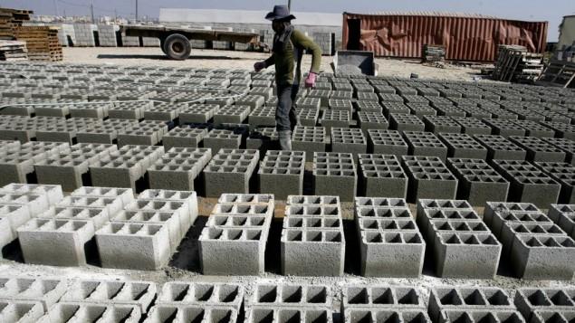 عامل بناء فلسطيني في مصنع الاسمنت في رفح, جنوب قطاع غزة 10 فبراير 2014 (بعدسة عبد الرحيم خطيب/ فلاش 90)