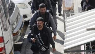 الشرطة الاسرائيلية خارج الكنيس في هار نوف، القدس بعد الهجوم الارهابي هناك 18 نوفمبر 2014  (جال طيبون/ اف ب)