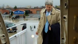 وزير الخارجية الامريكية جون كيري  في قاعدة اندروز الجوية في ضاحية واشنطن  17 نوفمبر 2014، في طريقه إلى لندن، المملكة المتحدة، وفيينا، النمسا، لإجراء محادثات حول مستقبل البرنامج النووي الايراني وغيرها القضايا الدولية   State Department/ Public Domain
