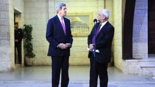 رئيس دائرة شؤون المفاوضات في منظمة التحرير صائب عريقات مع وزير الخارجية الامريكي جون كيري في رامالله,الضفة الغربية 4 يناير 2013  State Department