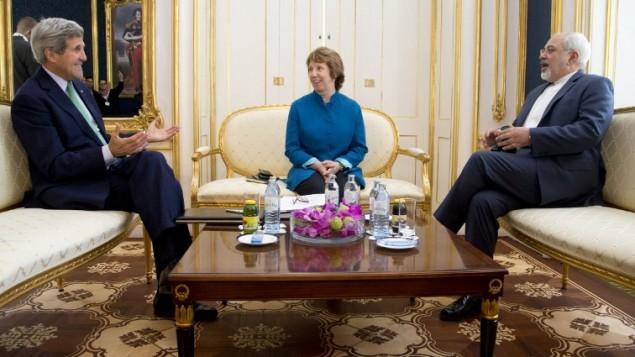 وزير الخارجية الامريكية جون كيري, مع المندوبة السامية للاتحاد الاوروبي ووزير الخارجية الايراني محمد جواد ظريف خلال اللقاء الثلاثي في فيينا, استريا  15 اكتوبر 2014   AFP/ POOL / CAROLYN KASTER