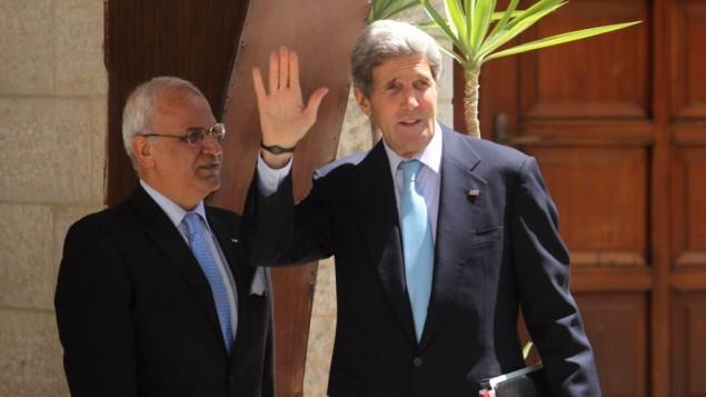 رئيس دائرة شؤون المفاوضات في منظمة التحرير صائب عريقات مع وزير الخارجية الامريكي جون كيري في رامالله,الضفة الغربية 30 يونيو 2013  (بعدسة عصام ريماوي/ فلاش 90)