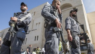 الشرطة الاسرائيلية خارج الكنيس في هار نوف، القدس بعد الهجوم الارهابي هناك 18 نوفمبر 2014  (جاك كيوز/ اف ب)