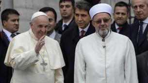 البابا فرانسيس (L)  مع المفتي رحمي  يران عند وصولهما المسجد الأزرق في اسطنبول 29 نوفمبر 2014 كجزء من زيارته التي تستمر يومين في تركيا  AFP/BULENT KILIC