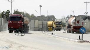 شاحنات محمة بالوقود تدخل رفح طريق معبر كرم سالم بين اسرائيل وقطاع غزة  16 مارس 2014   AFP PHOTO/ SAID KHATIB