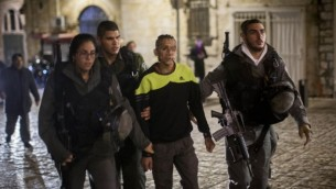 الشرطة الاسرائيلية تعتقل مشتبه به فلسطيني بهجوم الطعن في البلدة القديمة 24 نوفمبر 2014 Yonatan Sindel/Flash90
