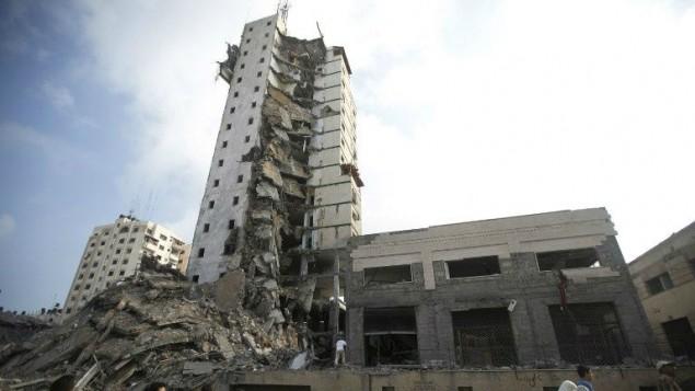 بناية مهدمة بعد قصف اسرائيلي استهدفها 26 اغسطس 2014 AFP/MAHMUD HAMS