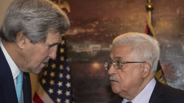 وزير الخارجية الامريكية جون كيري (L) يجتمع مع رئيس السلطة الفلسطينية محمود عباس في مقر إقامة الأخير في عمان  13 نوفمبر 2014  AFP/POOL/Nicholas Kamm