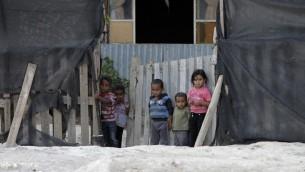 22 أكتوبر 2014 أطفال بدو عرب الجهالين خارج منزل العائلة بالقرب من مدينة أريحا بالضفة الغربية. خان الأحمر،  بين القدس وأريحا AFP PHOTO / AHMAD GHARABLI