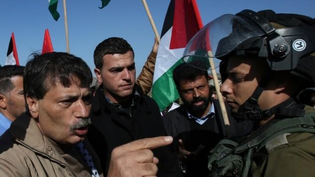 المسؤول الفلسطيني زياد أبو عين  يجادل  جنود اسرائيليين خلال مظاهرة في الضفة الغربية قبل موته يوم الأربعاء 10 ديسمبر، 2014  AFP/ABBAS MOMANI