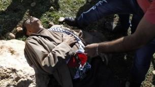 زياد أبو عين يقع على الأرض بعد اشتباك مع القوات الإسرائيلية خلال مظاهرة في الضفة الغربية يوم الأربعاء 10 ديسمبر، 2014 AFP/ABBAS MOMANI